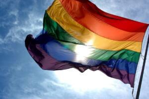 Bandera con los colores del arco iris símbolo del movimiento LGTB
