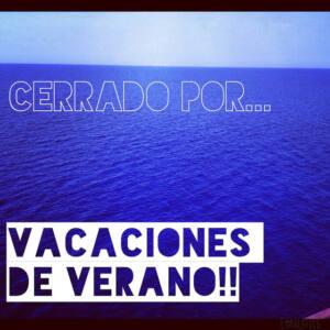 Foto de un mar azul intenso en la que aparece la frase: cerrado por vacaciones de verano!!