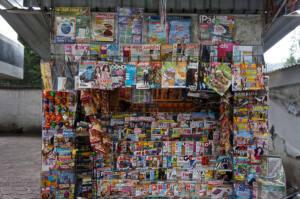 Kiosco de prensa lleno de revistas y periódicos.