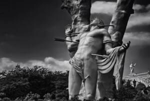 Estatua que representa a San Sebastián semidesnudo con varias flechas en cuello, costado y muslo.