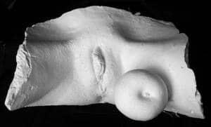 Escultura que representa los genitales externos femeninos.