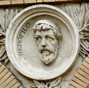 Medallón de Herófilo realizado en mármol ubicado en la antigua facultad de medicina de Zaragoza.