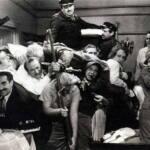 Escena en blanco y negro de el camarote de los hermanos Marx. Un camarote lleno de gente.