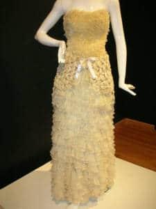 Vestido realizado exclusivamente con preservativos