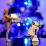 Muñeco C3PO dándole un paquete envuelto a R2D2