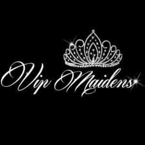 Logotipo de VIP Maidens. El nombre escrito en blanco sobre fondo negro y adornado con una corona.