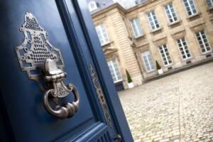 Imagen de la empresa VIP Maidens, una puerta abierta que da a un patio interior de una mansión