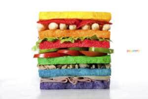Sandwich de distintas capas en las que cada rebanada está pintada de cada uno de los colores de la bandera del orgullo.