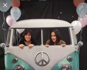 En el photocall simulando una caravana Volkswagen azul, junto con la psicóloga y sexóloga Sonia García.