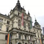 Ayuntamiento de Graz con las banderas del orgullo, Austria y Europa.