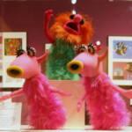 Muppets peludas de color rosa con cuernos y labios amarillos y redondos que cantan Mah-na-mah-na