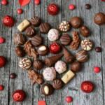 Diferentes bombones de chocolates que forman un corazón