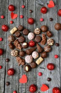 Diferentes bombones de chocolates que forman un corazón. El chocolate es uno de los afrodisíacos más clásicos.