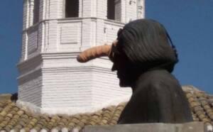 Estatua de Colón con un dildo en la frente
